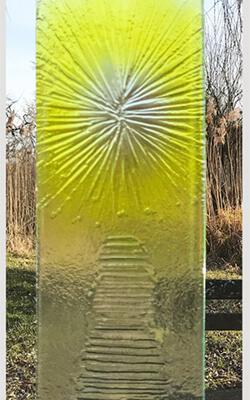 Glasmonument pad naar zon