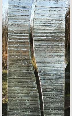 Glasmonument twee delen