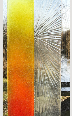 Glasmonument oranje rood zon