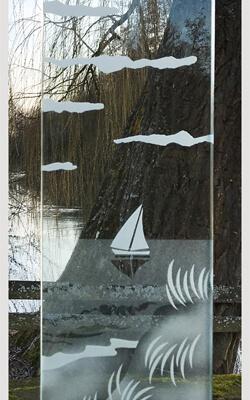 Glasmonument met zeilbootje