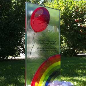 Glasmonument Regenboog met ballon