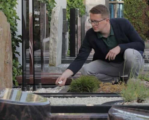 Grafsteen uitzoeken in de monumententuin Weerstand Grafmonumenten