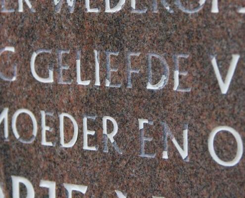 Vervaagde tekst grafsteen