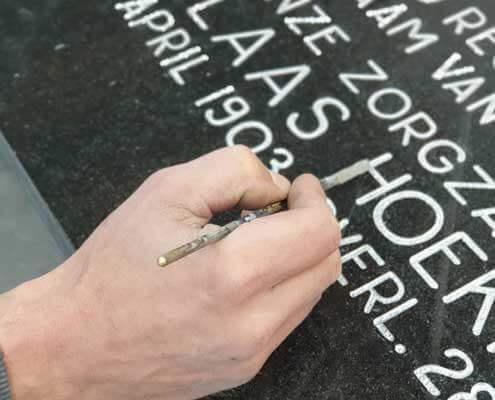 Tekst grafsteen verven